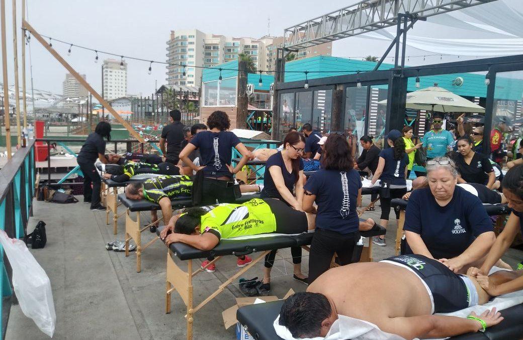 Yulitia brindó masaje a los competidores de la Carrera Ciclista Ensenada-Rosarito